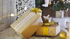 Presentes e ornamento de Natal no fundo de madeira filme