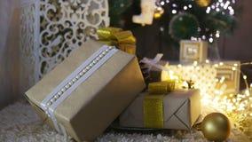 Presentes e ornamento de Natal no fundo de madeira vídeos de arquivo