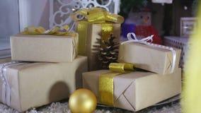 Presentes e ornamento de Natal no fundo de madeira video estoque