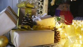 Presentes e ornamento de Natal no fundo de madeira Fotografia de Stock