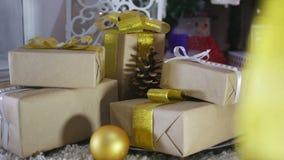 Presentes e ornamento de Natal no fundo de madeira Imagens de Stock Royalty Free