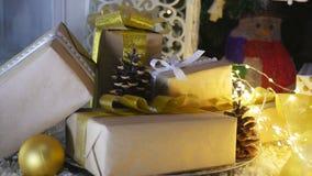 Presentes e ornamento de Natal no fundo de madeira Foto de Stock