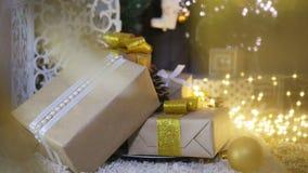 Presentes e ornamento de Natal no fundo de madeira Fotos de Stock