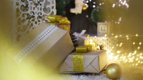 Presentes e ornamento de Natal no fundo de madeira Imagem de Stock Royalty Free