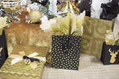 Presentes e presentes coloridos ouro do Natal fotos de stock