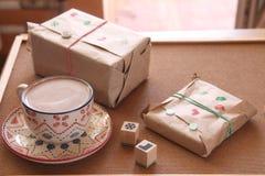 Presentes e presentes envolvidos Fotografia de Stock Royalty Free