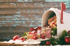 Presentes e quinquilharias do Natal que derramam a caixa postal foto de stock