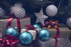 Presentes e quinquilharias sob uma árvore de Natal decorada Foto de Stock