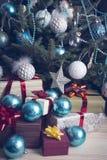 Presentes e quinquilharias sob uma árvore de Natal decorada Fotografia de Stock