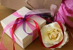 Presentes e Rosa fotografia de stock