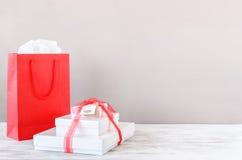 Presentes e sacos de compras para o aniversário dos Valentim do Natal Imagens de Stock