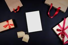 Presentes e sacos no fundo preto fotografia de stock