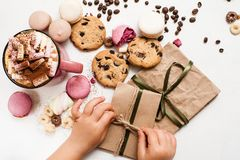 Presentes e surpresas do Natal das crianças Fotografia de Stock