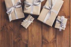 Presentes em umas caixas de presente no fundo de madeira do quadro Imagem de Stock Royalty Free