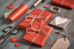 Presentes embalados, papel, cabo e tabela de madeira onrustic das etiquetas Imagem de Stock