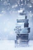 Presentes empilhados do Natal na queda de neve do inverno Imagens de Stock Royalty Free