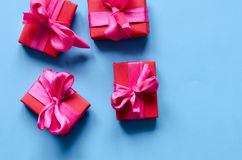 Presentes en el papel de Kraft con las cintas rojas Imagen de archivo libre de regalías
