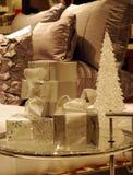 Presentes envolvidos do Natal em uma tabela de vidro fotos de stock