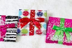 Presentes envolvidos feriado para o Natal imagens de stock