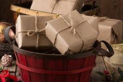 Presentes envolvidos rústicos do Natal Imagens de Stock