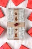 Presentes envueltos arpillera del regalo y del rojo Foto de archivo libre de regalías