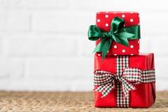 Presentes envueltos en el fondo blanco fotografía de archivo libre de regalías