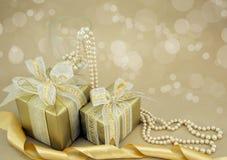 Presentes envueltos oro con las perlas Fotos de archivo libres de regalías