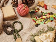 Presentes feitos a mão do Natal na confusão com brinquedos Imagem de Stock Royalty Free