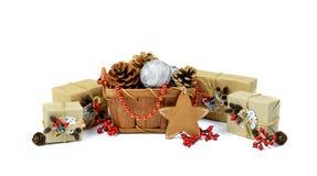 Presentes feitos a mão Estrela do Natal Ouropel da árvore de Natal da cesta / imagem de stock royalty free