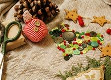 Presentes feitos a mão do Natal na confusão com brinquedos, velas, abeto, vintage de madeira da fita Imagem de Stock