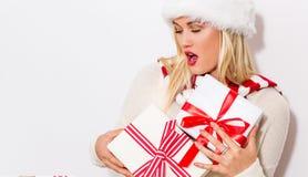 Presentes felizes do Natal da jovem mulher Imagens de Stock