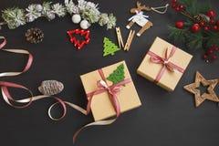 Presentes festivos de la Navidad con la cinta roja y decoraciones en el wo Imágenes de archivo libres de regalías