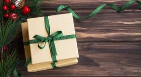Presentes festivos de la Navidad con la rama de árbol verde de la cinta y de abeto Fotografía de archivo