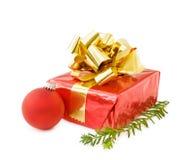 Presentes festivos do Natal e bauble vermelho Imagem de Stock