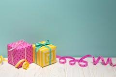 Presentes & fitas coloridos brilhantes no azul fotos de stock