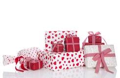 Presentes isolados para o Natal, o aniversário, a mãe ou o Valentim Fotos de Stock
