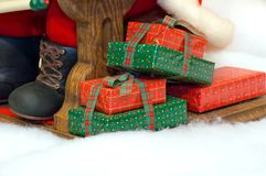 Presentes nos pés de Santa Imagens de Stock Royalty Free