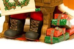 Presentes nos pés de Santa Imagens de Stock