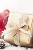 Presentes ou presentes de Natal com as decorações elegantes da curva e do Natal no fundo nevado brilhante Foto de Stock