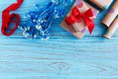 Presentes para o aniversário no fundo de madeira Fotos de Stock