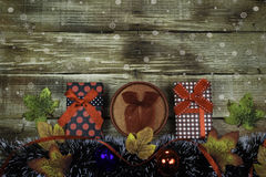 Presentes para o ano novo e o Natal em um fundo rústico de madeira Imagem de Stock Royalty Free
