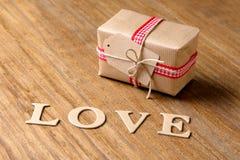 Presentes para o dia do Valentim Caixas e corações decorativos de feltro Imagem de Stock Royalty Free