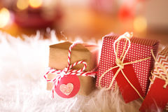 Presentes pequenos do Natal na noite Imagens de Stock