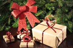 Presentes, ramos de árvores de Natal e decoração do Natal Foto de Stock