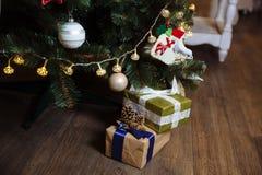 Presentes, regalo bajo Feliz Año Nuevo y árbol de navidad Concepto de familia Fotos de archivo libres de regalías