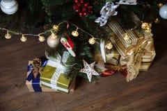 Presentes, regalo bajo Feliz Año Nuevo y árbol de navidad Concepto de familia Foto de archivo libre de regalías