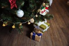 Presentes, regalo bajo Feliz Año Nuevo y árbol de navidad Concepto de familia Fotografía de archivo
