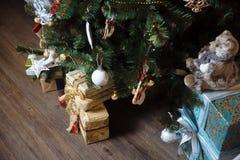 Presentes, regalo bajo Feliz Año Nuevo y árbol de navidad Concepto de familia Foto de archivo