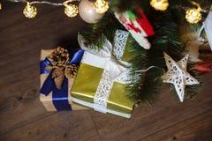 Presentes, regalo bajo Feliz Año Nuevo y árbol de navidad Concepto de familia Imágenes de archivo libres de regalías