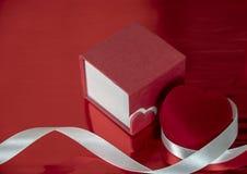 Presentes románticos en honor del día, del corazón rojo y del caso de la tarjeta del día de San Valentín foto de archivo